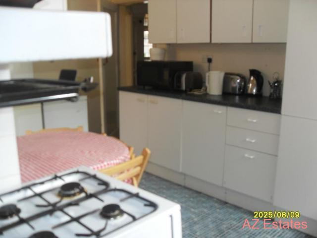 QUIET CLEAN PROF HOUSESHARE IN KINGS HEATH 2 MINS WALK TO HIGH ST SINGLE AND 21 FT DOUBLE ROOM AVAIL