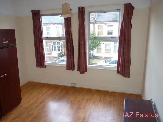 Large Double Room Available in a Clean House Share On A Quiet Road in Thornton Heath